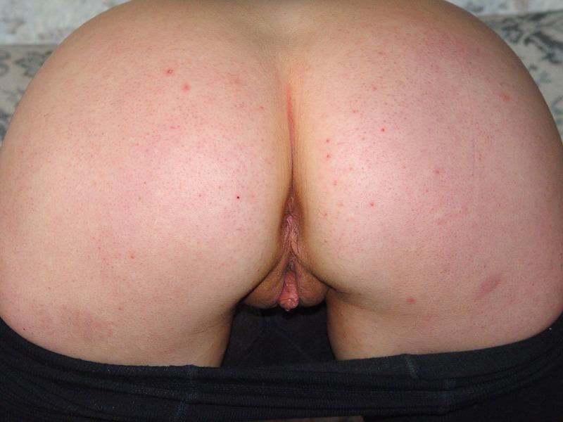 Толстушка демонстрирует дырки спустив плотные колготы