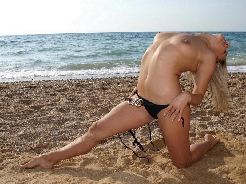 Танцовщица светит грацией на берегу моря секс фото
