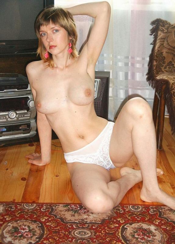 Матерая вертихвостка желает оголяться у себя в квартире и в укромном месте