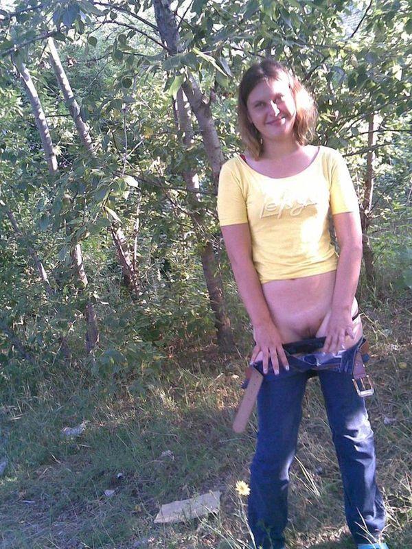 На природе деваха спустила с себя штаны с трусами смотреть эротику