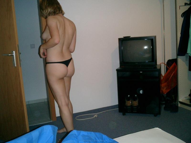 Зрелая блондиночка стесняется показать киску в отеле