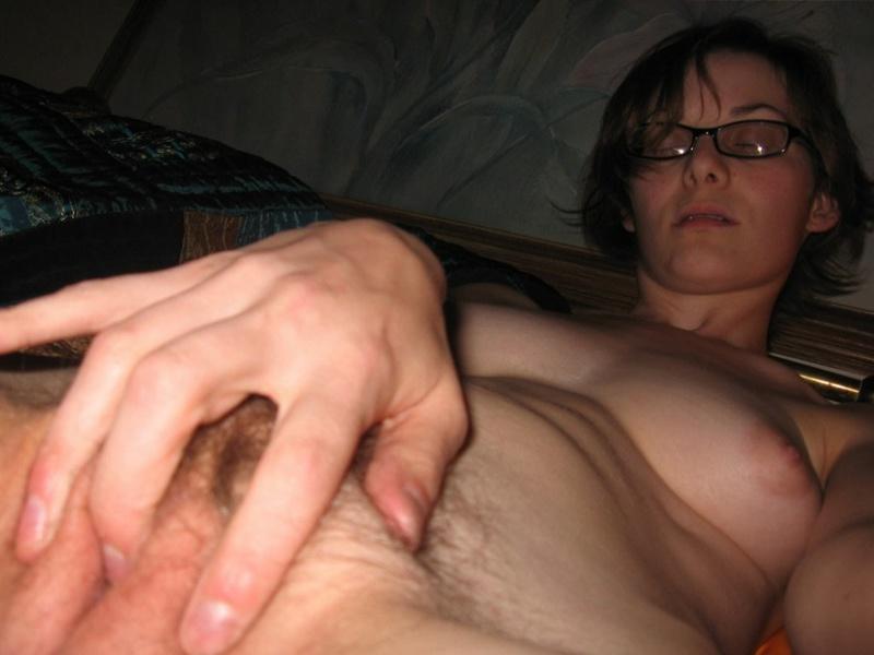 Очкастая чертовка позирует в квартире полностью голая