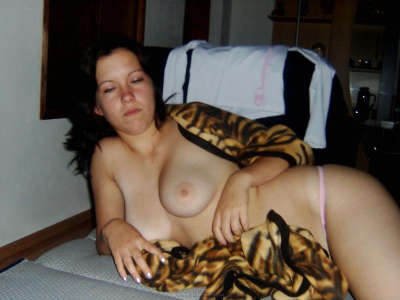 Пьяная сучка курит укутавшись в одеяло