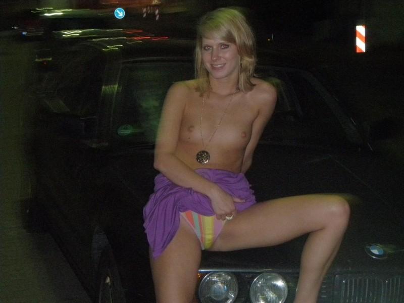 На вечерней прогулке баловница разделась посреди улицы секс фото