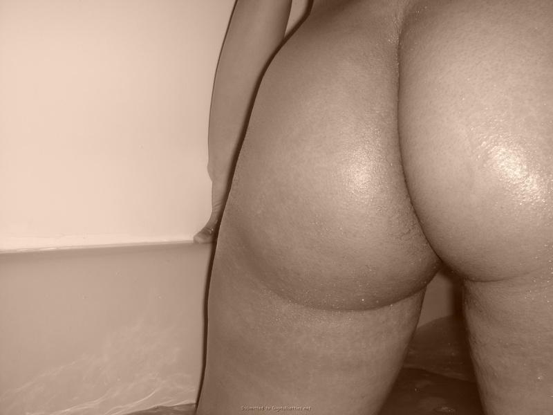Негритоска с гигантским бюстом разделась перед ванной