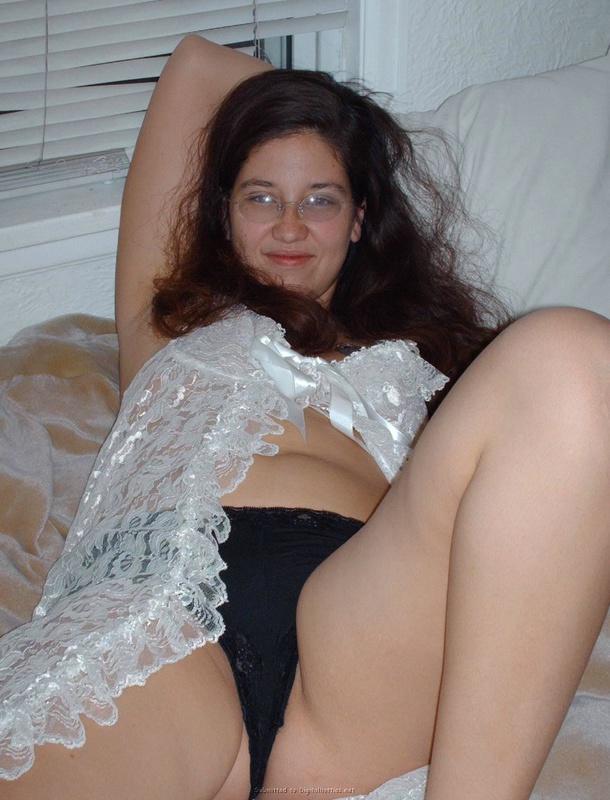 Беременная мисс легла на спину чтобы показать пушистую пизду