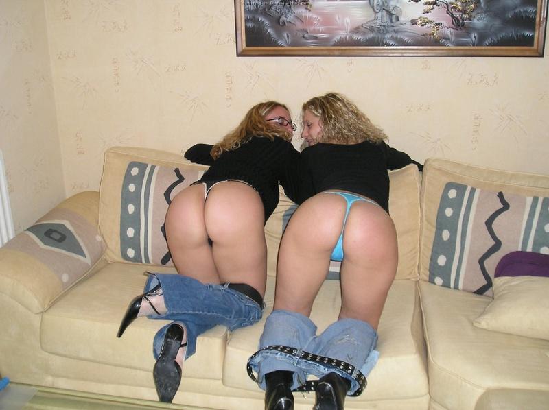 Три девушки светят попами в апартаментах