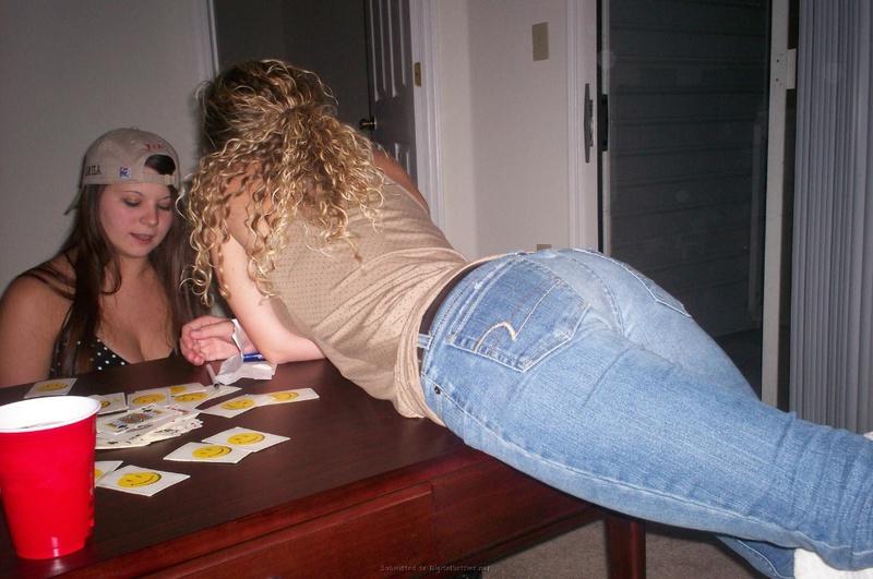 Пьяные лесбиянки целуются в гостях у друга