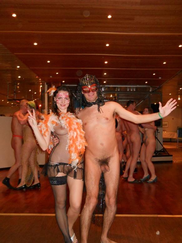 Парочка развратников участвуют в карнавале нудистов