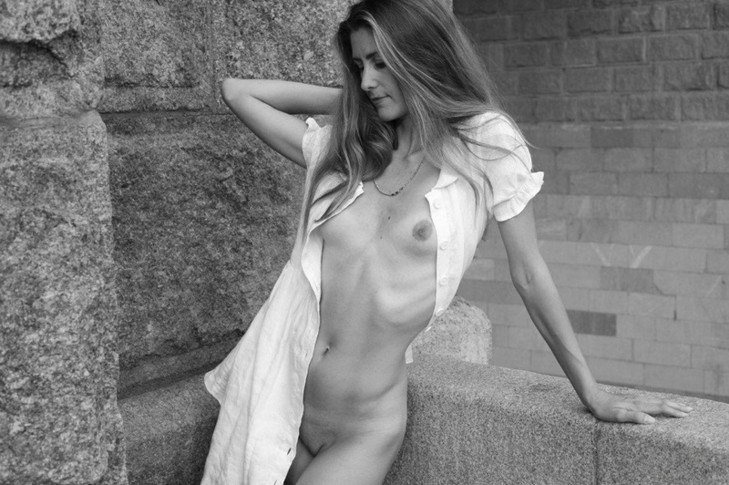 Ирина расстегнула блузку прямо на улице