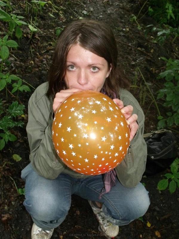 Оля засовывает между ног воздушный шарик