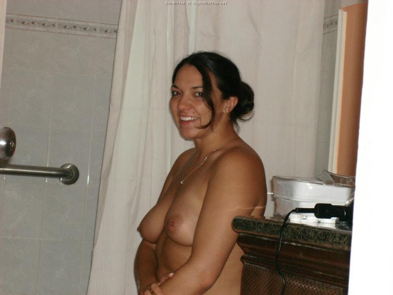 Раскованная пышечка Мадера застукана обнаженной в туалете