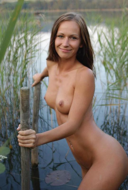 Сексапильная Катя наслаждается тишиной на пруду смотреть эротику