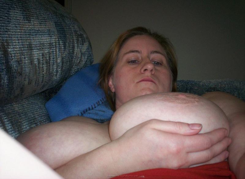 Игривая мама с громадными сисями забавляется после работы смотреть эротику