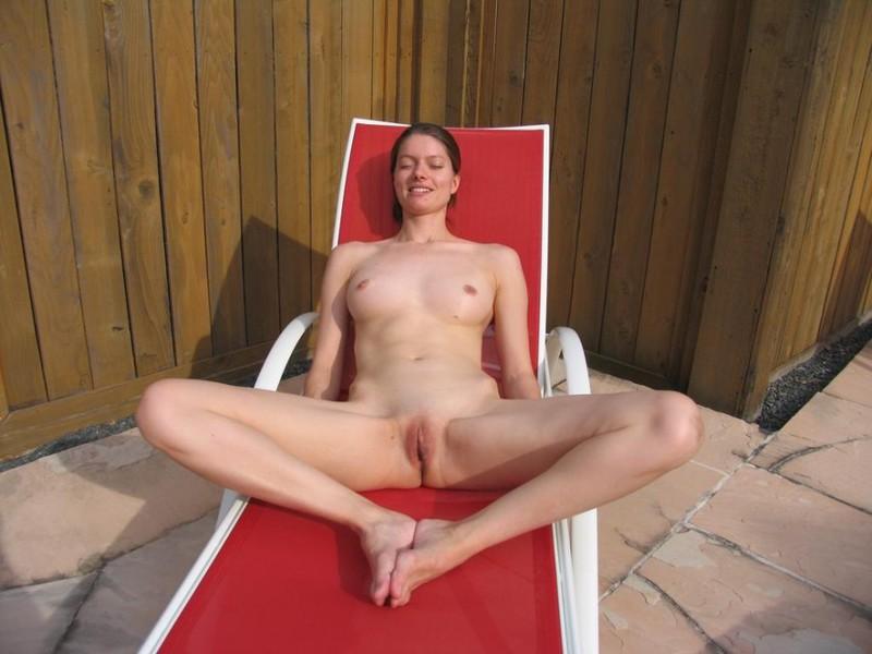 В комнате у бассейна голая проститутка проводит свободное время