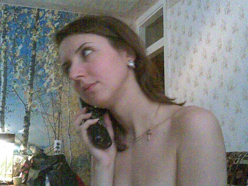 Раздетая девка порется по телефону у себя дома