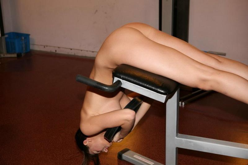 Голая барышня занимается спортом в тренажерном зале