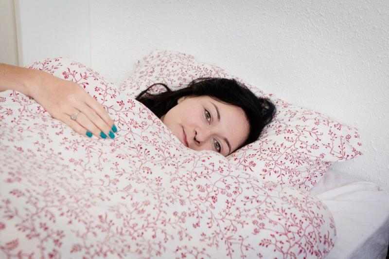 Пышнотелая Сабрина показывает татуированное тело в спальне