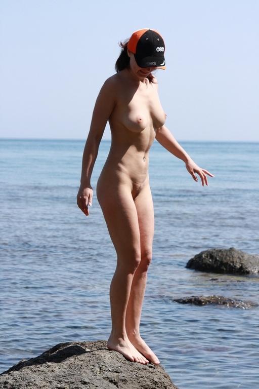 Горячая незнакомка открыла пляжный сезон в обнаженном виде