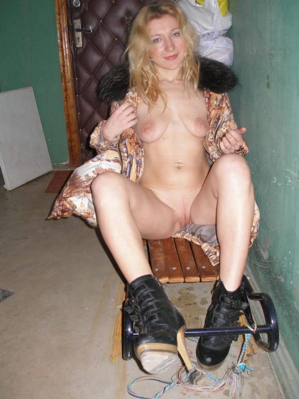 Опытная блондиночка стягивает куртку в грязном подъезде