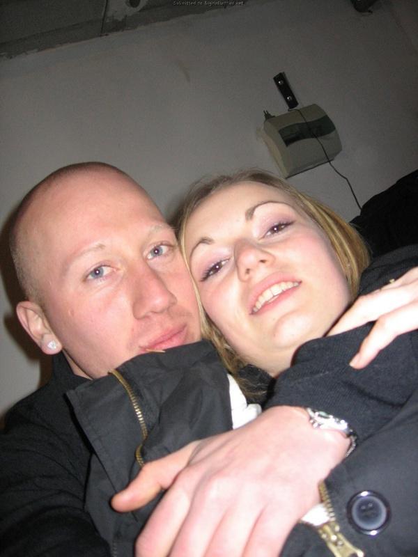 Кудрявая блондиночка закрывает грудь руками перед любовником