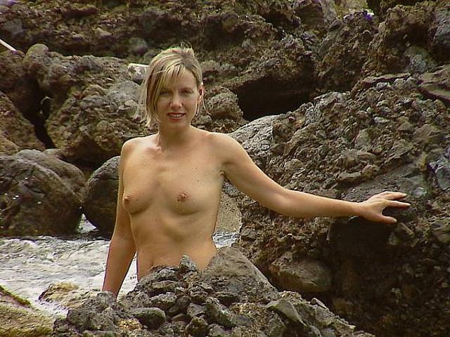 Голая дамочка оказалась у горной реки