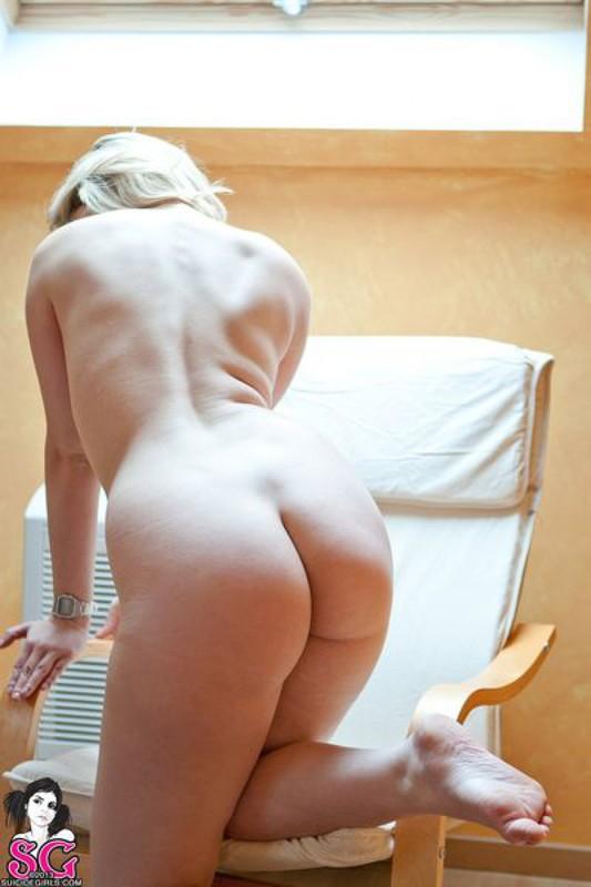 Обнаженная Эйсид валяется на бардовом ковре