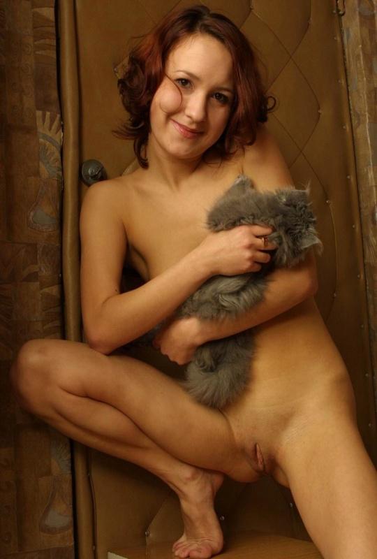 Красавица обнажила себя на фоне входной двери