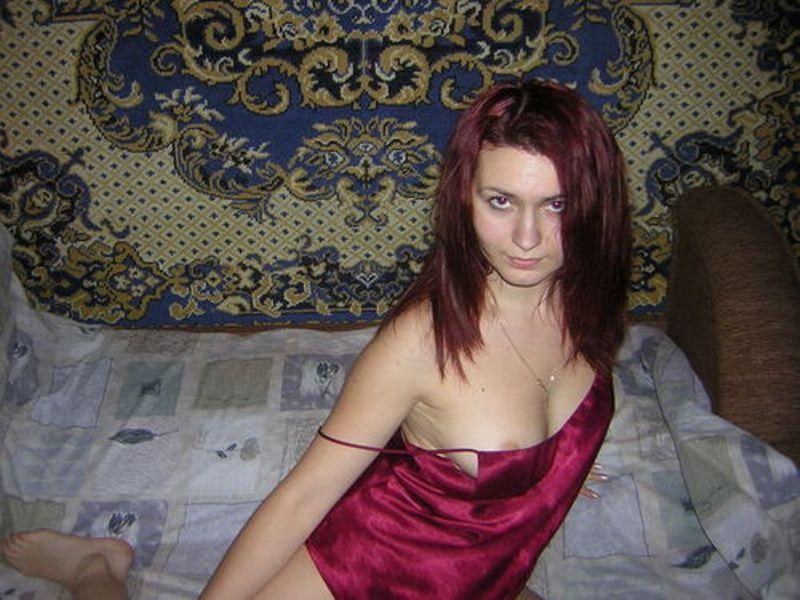 Озабоченная студентка в белых чулках раздевается на кровати