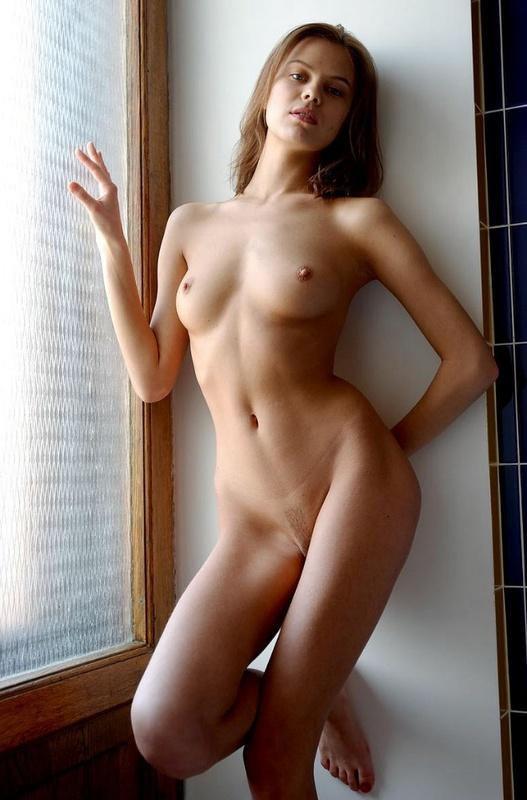Страстная искусница стала без одежды у окна