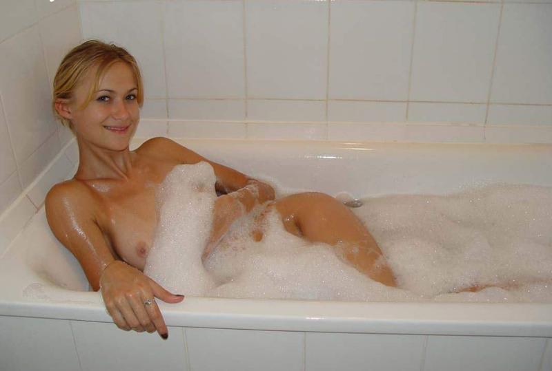 Красотка моет сочные прелести в ванной