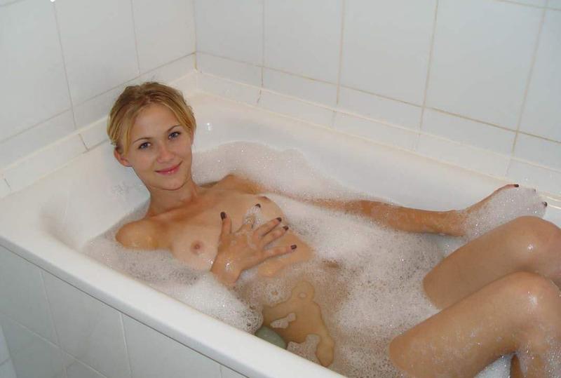 Стройняшка моет шикарные прелести в ванне