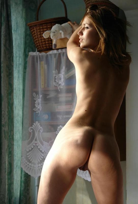 Стройная красотка обнажилась в обмен на лукошко и мягкую игрушку