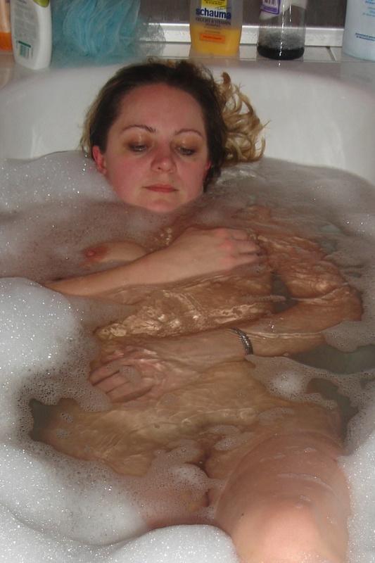Голая бабенка купается в ванной