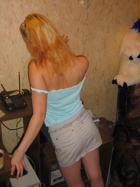 Чувственная модель со свелыми волосами снимает лифчик в кресле
