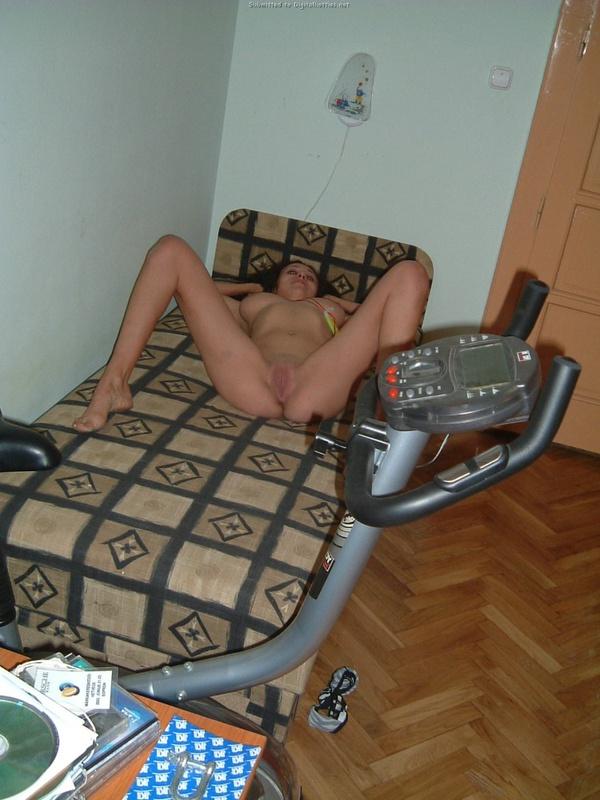 Парень мастурбирует письку подруги лежащей на кровати