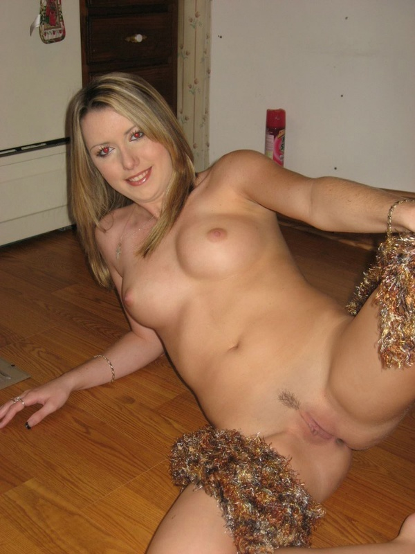 Таня прикрыла вагину мишурой лежа на полу секс фото