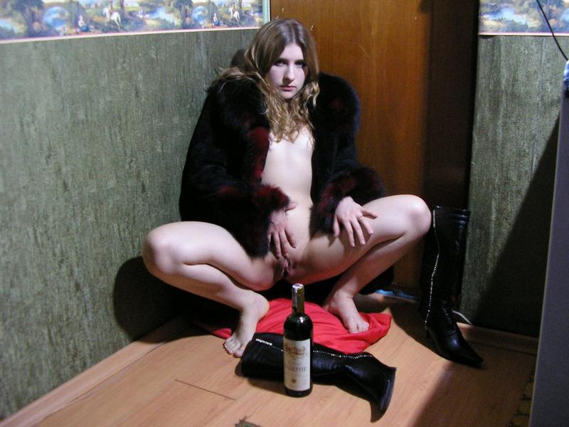 Няшка Елена расстегнула шубку в коридоре