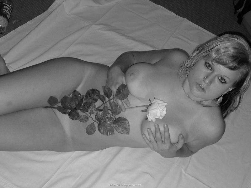 Инна прикрыла узкую пизду светлой розой