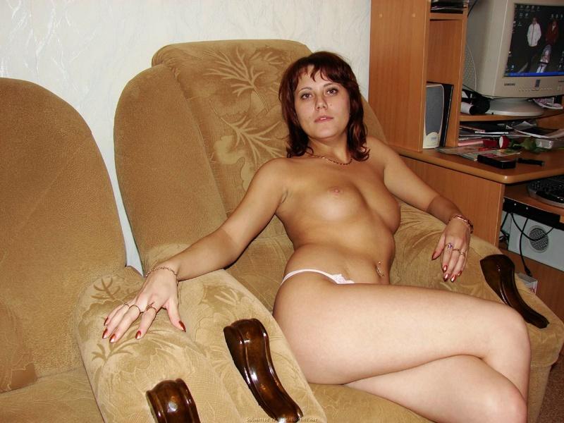 Горячая тетка показывает груди на тахте в куче мягких игрушек