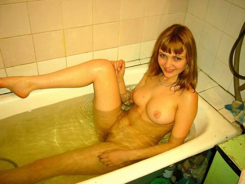Молодая красотка купается в ванной
