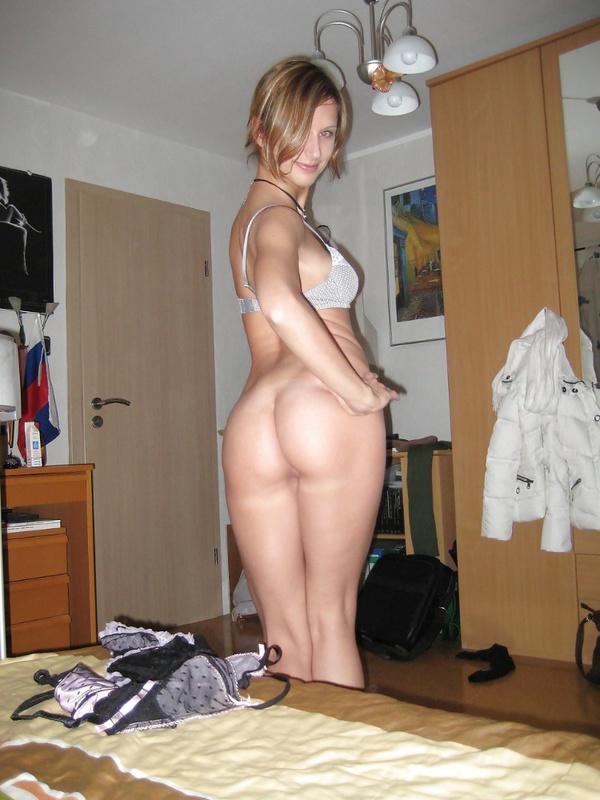 Грешница примеряет белье в своей спальне