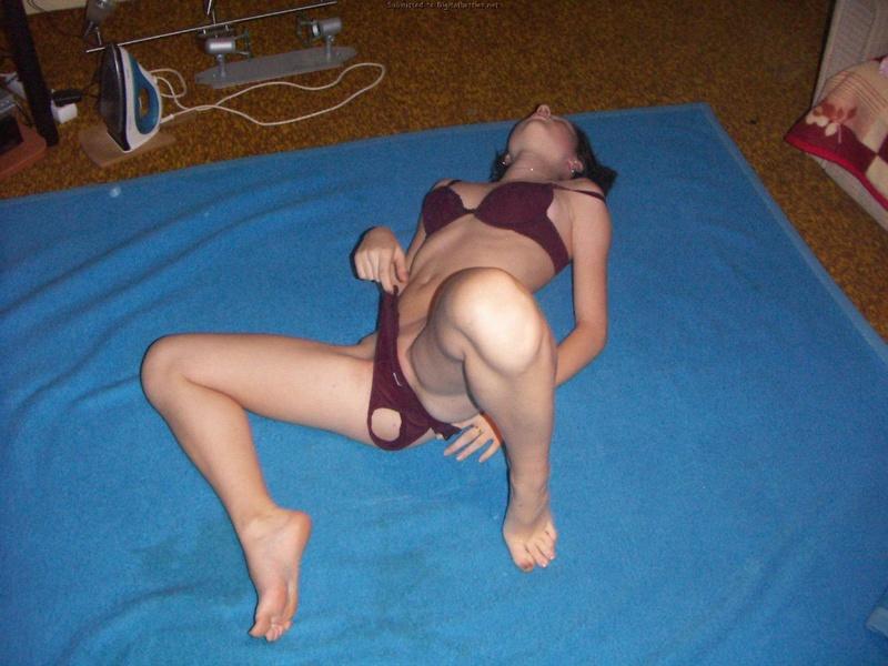 Милаха в белье фотографируется на полу