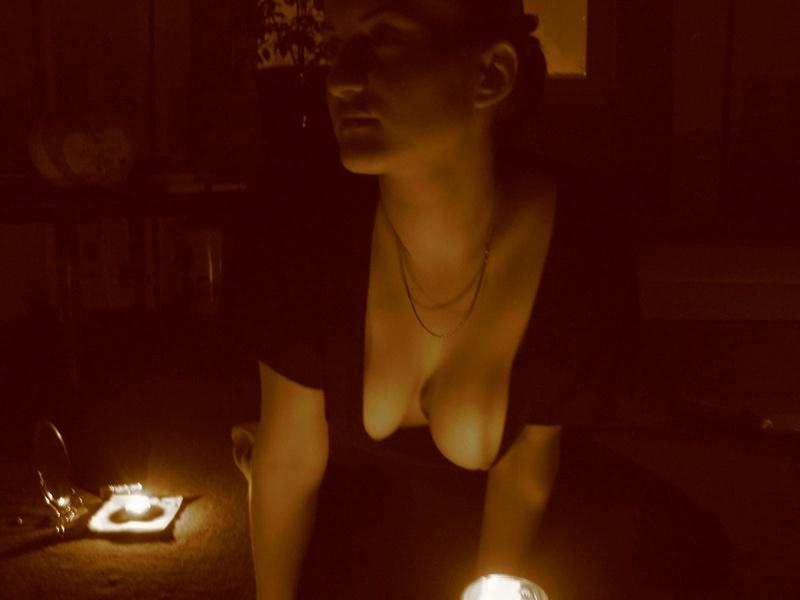 Ночью в тёлке просыпается страсть и она раздевается чтобы красоваться секс фото