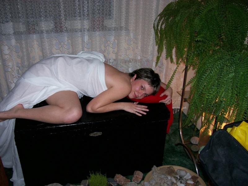 Раздетая студентка лежит  с железным цветком