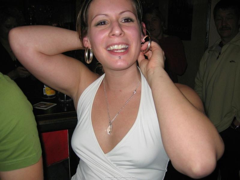 Ирина отлично выглядит стоя в квартире в одних бикини
