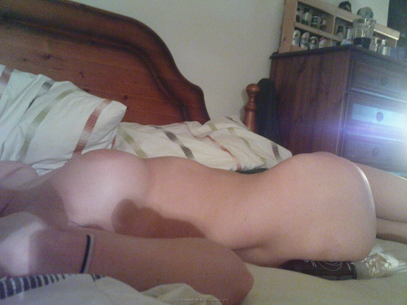 На постели Молодая деваха обнажает себя в новом белье