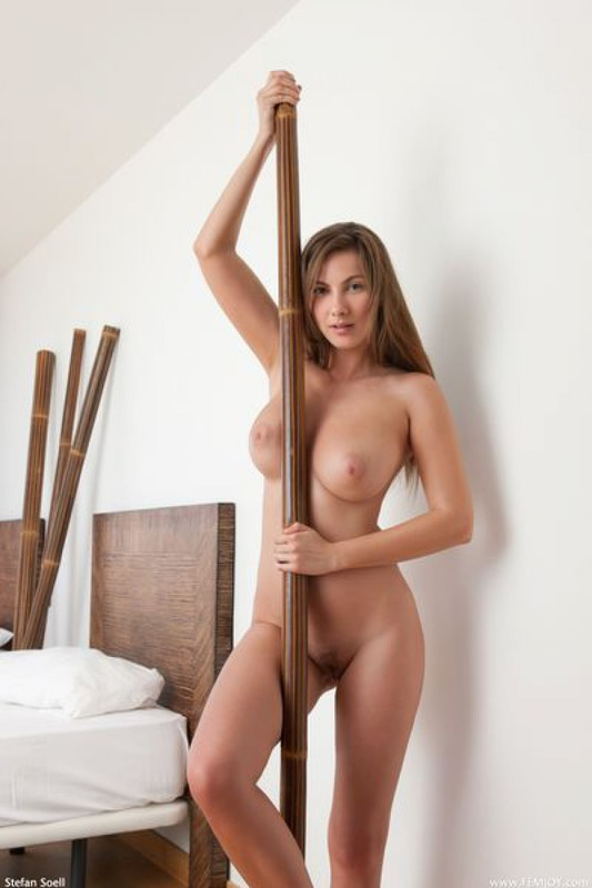 Жозефина украшает голым бюстом номер отеля