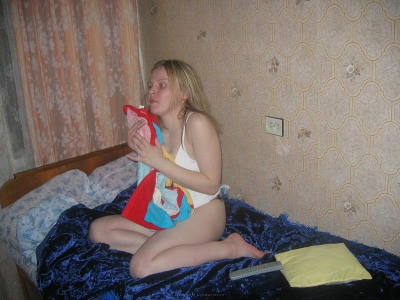 Алена оставила на письке трусы и стала посреди комнаты