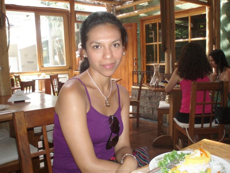 Умелая девушка латинской внешности радует соседа обнаженным туловищем после ужина